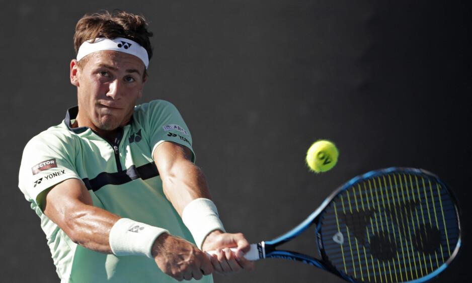 STORMØTE?: Casper Ruud kan møte Novak Djokovic hvis kvalifiserer seg til Rolland-Garros. Foto: Vincent Thian / AP Photo / NTB Scanpix