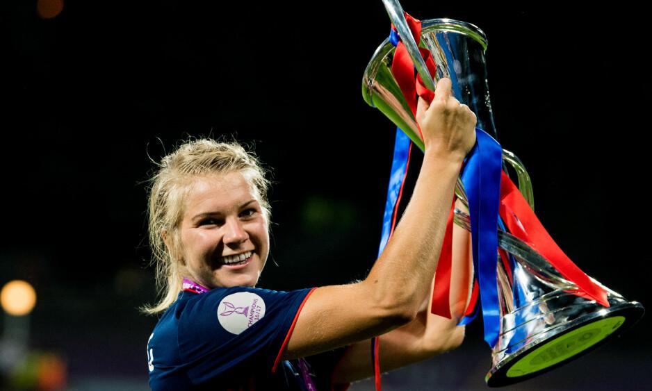 HISTORISK: Ada Hegerberg holder oppe Lyons tredje strake Champions League-trofé. Foto: Vegard Wivestad Grøtt / Bildbyrån.
