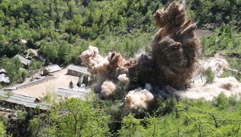 EKSPLUSJON: Her blåser Nord-Korea en kommandosentral og et brakkerigg ved atomtestanlegget til himmels. Foto: News1 / Pool via REUTERS / NTB scanpix
