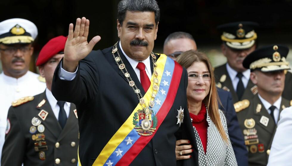 TATT I ED: Venezuelas president Nicolás Maduro og førstedame Cilia Flores tok del i en militærparade torsdag da Maduro ble tatt i ed for sin andre seksårsperiode. Foto: Ariana Cubillos / AP / NTB scanpix