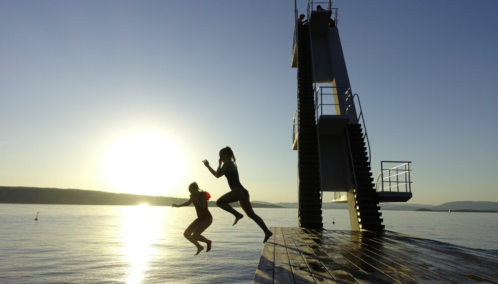 BADEVÆR: Vilja Ueland og Marie Mørkeberg Poppe tar et kveldsbad på Ingierstrand Bad i Oslofjorden Foto: Cornelius Poppe / NTB scanpix.