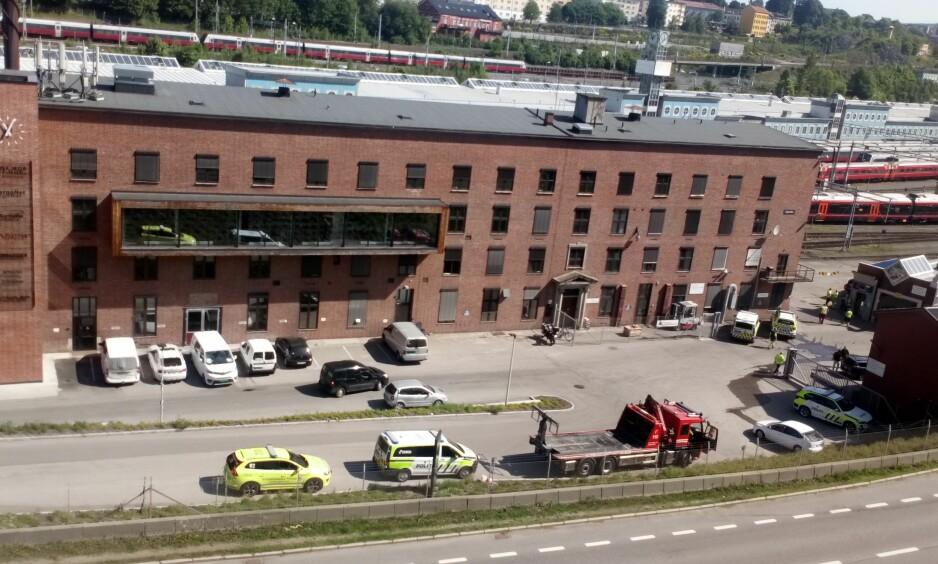 OMKOM: Alle nødetater er i formiddag ved NSBs området i Lodalen i Oslo. En person omkom i en arbeidsulykke på stedet. Foto: John Dalelv