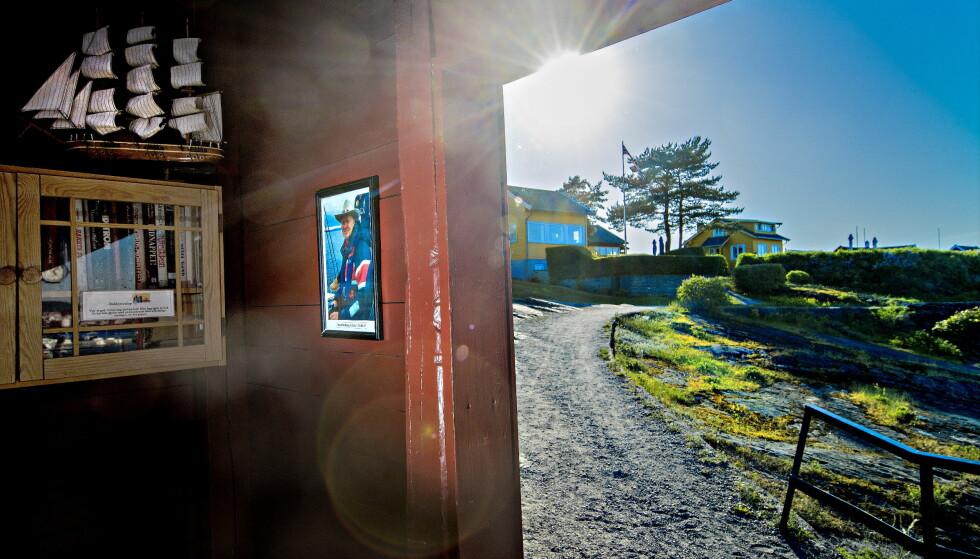 MINNETAVLE: I skuret ved ferjekaia på øya Nakholmen i Oslofjorden, er det satt opp en minnetavle. Det var her Thoralf Eriksen (59) ble drept 13. september i fjor. Foto: Bjørn Langsem / Dagbladet