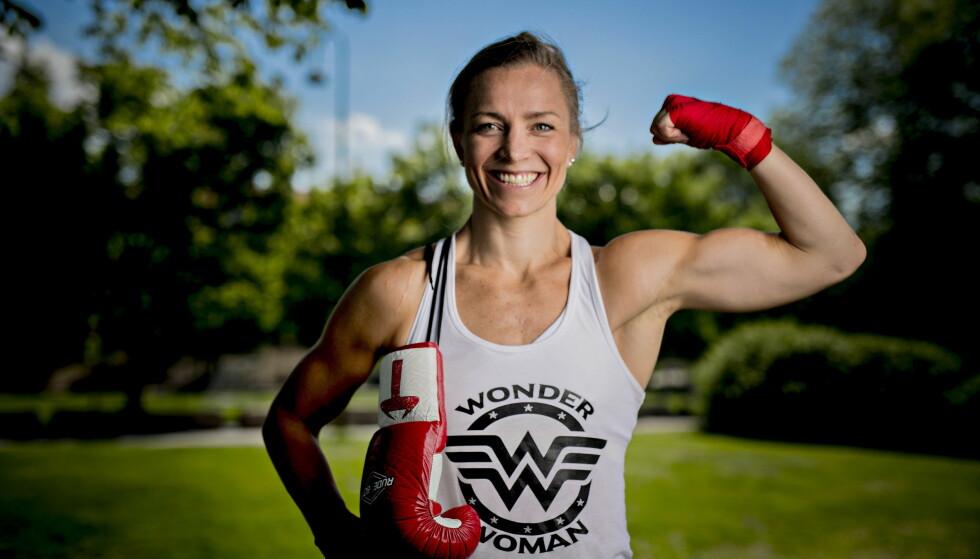 MUSKLER OG HUMØR: Ingrid Egner er en svært muskelsatt idrettsutøver med et smittende humør. Treneren sammenlikner med Marit Bjørgen. Lørdag debuterer hun som proffbokser. Foto: Bjørn Langsem