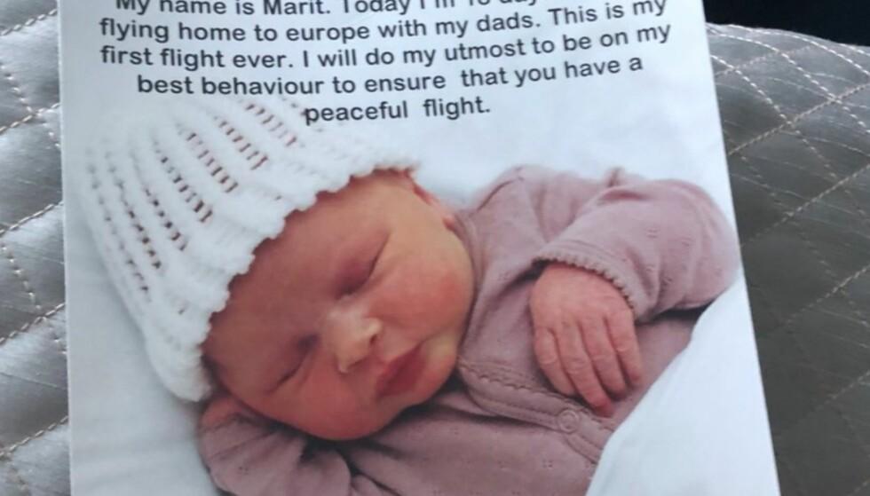 FØRSTE FLYTUR: De to fedrene var på vei hjem fra USA til Europa med sin 18 dager gamle datter. Siden de trolig var nervøse for hvordan babyen ville oppføre seg på den ti timer lange flyturen, delte de ut godteposer og en forhåndsutfylt unnskyldning for eventuelle forsikringer på forhånd. Det viste seg å være unødvendig. Foto: Niall Horan / Twitter