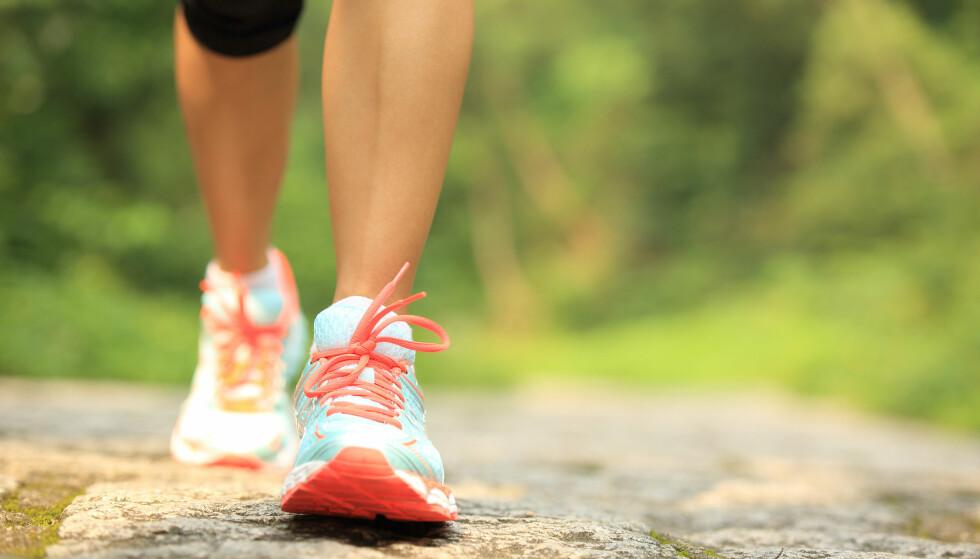 GÅ DEG NED I VEKT: Hardtrening med blod og svette er ikke nødvendig i sommervarmen om du vil ned i vekt. Du kan nemlig bare gå tur. Foto: lzf / Shutterstock / NTB scanpix