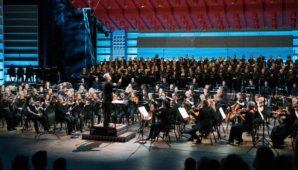 GIGANTBESETNING: Et enormt kor skaper store opplevelser i Grieghallen. Foto: Thor Brødreskift/Festspillene i Bergen