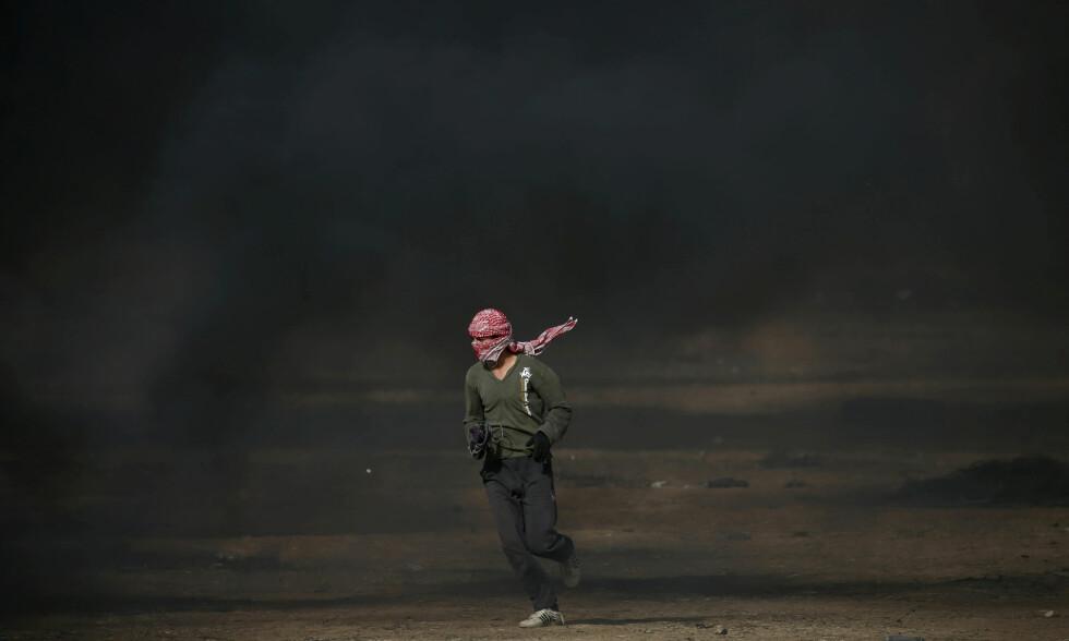 SINNE I GAZA: De siste ukene har det vært demonstrasjoner i Gaza, i forbindelse med at palestinerne markerte al-nakba - sin katastrofe. Denne demonstranten ble avbildet i mai. Israel mener at Norsk Folkehjelp har støttet Hamas, og beskylder den norske organisasjoneen for terror- og boikottstøtte. Norsk Folkehjelp kaller beskyldningene for surrealistiske og feilaktige. Foto: Ibraheem Abu Mustafa / Reuters / Scanpix