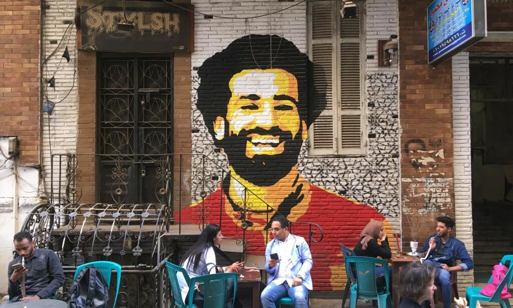 EGYPTISK HELT: Mohamed Salah er avbildet på flere husvegger i den egyptiske hovedstaden Kairo. Foto: Amir Makar / AFP Photo / NTB Scanpix