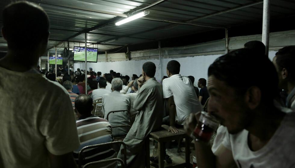 FOLKEHELT: En egyptisk kafé i Nagrig under semifinalekampen mellom Liverpool og AS Roma. Foto: Nariman El-Mofty / AP Photo / NTB Scanpix