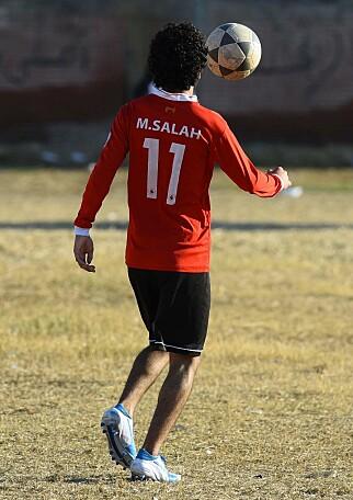 LOKALHELT: En ung gutt spiller fotball på Mohamed Salah Youth Center i Nagrig. Foto: Mohamed El-Shahed / AFP Photo / NTB Scanpix
