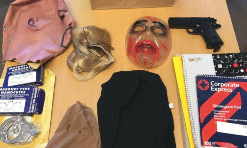 BEVIS: I mannens bolig ble det funnet både våpen og forkledningsutstyr, blant annet flere masker. Foto: Politiet