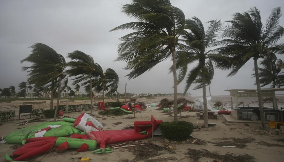 RASERT: Syklonen har gjort omfattende skader flere steder. Her fra Oman. Foto: AP / NTB Scanpix