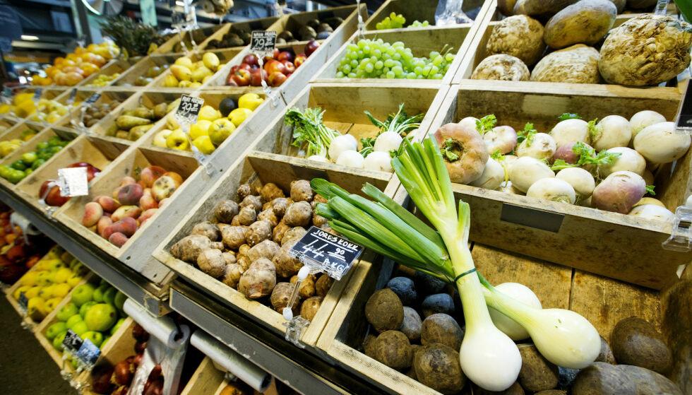 TØRT: Det kan bli lite norske grønnsaker å spore opp i butikkene, dersom det fortsetter med høye temperaturer og lite nedbør. Foto: NTB scanpix