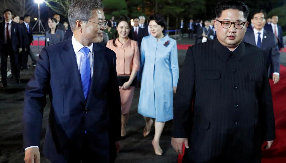 MØTE: Sør-Koreas president Moon Jae-in og Nord-Koreas Kim Jong Un. Her fra forrige møte, i slutten av april i år. Foto: Reuters / NTB Scanpix