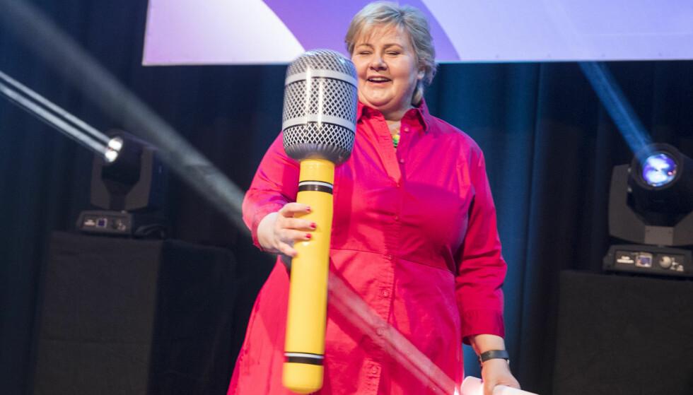 SATSER PÅ Å BLI ENDA STØRRE: Statsminister Erna Solberg innledet når Høyres valgkampforberedelser starter. Hun fikk en meget stor mikrofon etter talen på Gardermoen. Foto: Vidar Ruud / NTB Scanpix