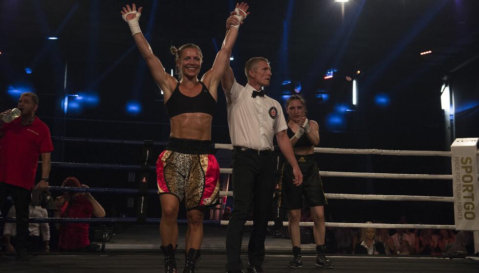 SUVEREN: Ingrid Egner kunne juble for sin første seier som profesjonell bokser. Stakkars Nana Chakhvashvili var totalt sjanseløs. Foto: Tommas Tingbjør / Melhus Promotions