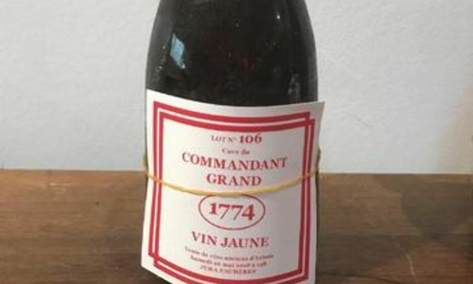 NÆR ÉN MILLION KRONER: En flaske hvitvin ble i dag auksjonert bort for nær én million kroner i Frankrike i dag. Foto: Auksjonsstedet Interencheres.