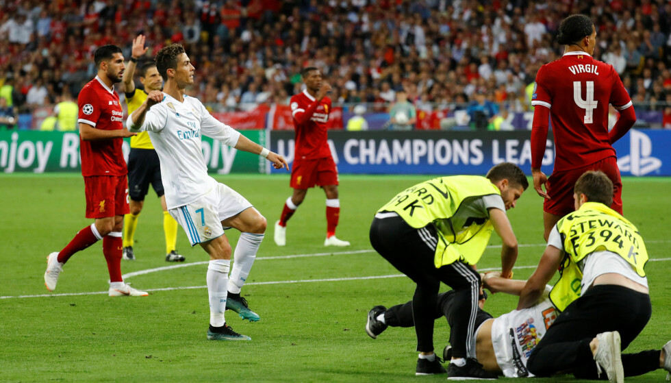 STORMET BANEN: En mann stormet banen under Champions League-finalen lørdag kveld. Foto: NTB scanpix