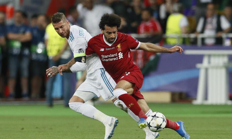HER SKJER DET: Det var i denne duellen Mohamed Salah landet forkjært og skadet skulderen. Foto: David Klein/Sportimage via PA Images