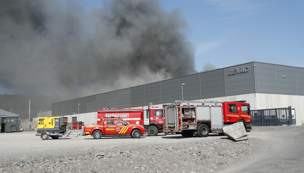 BRANN: OI går startet brannen hos Revac i Revetal. Foto: Terje Bendiksby / NTB scanpix