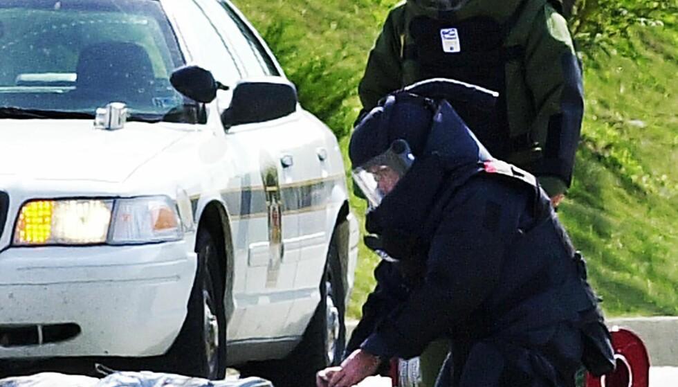 OMKOM: Bombegruppa søker etter flere eksplosiver, etter at bomben som var rundt halsen til Brian Wells eksploderte. FOTO: NTB Scanpix