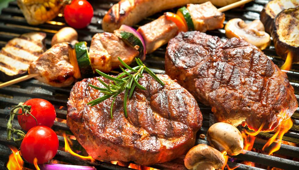 MYE KJØTT: Vi spiser rundt 80 kilo kjøtt hver i året. Mange velger helst kjøtt når vi griller, men bør vi slutte med det? Foto: Scanpix/Shutterstock