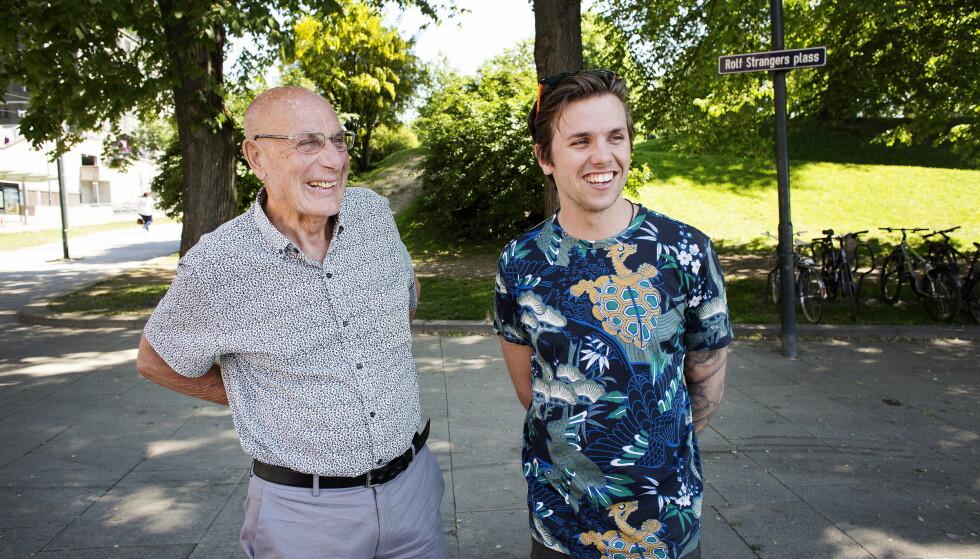PÅ TURNE: Samuel Massie (26) har den siste tida reist rundt med sin bestefar Arne Ulvolden (83) på foredragsturné i Norge. Foto: Henning Lillegård / Dagbladet