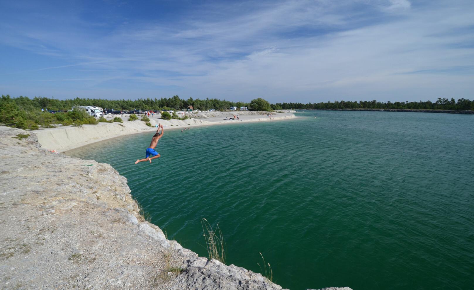 BLÅ LAGUNEN: Dette gamle kalksteinbruddet er blitt til en av Gotlands mange badeperler. Foto: Gotland.net