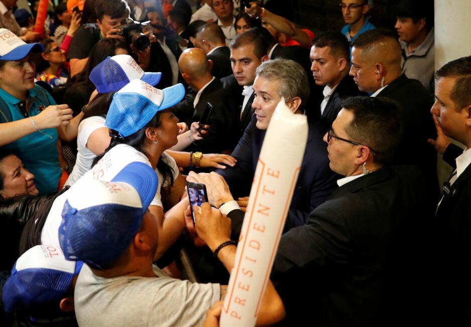SAMMEN MED SINE: Den høyrevridd presidentkandidaten, Ivan Duque, sammen med en flokk av sine tilhengere under søndagens valg i Colombia. Foto: NTb Scanpix.