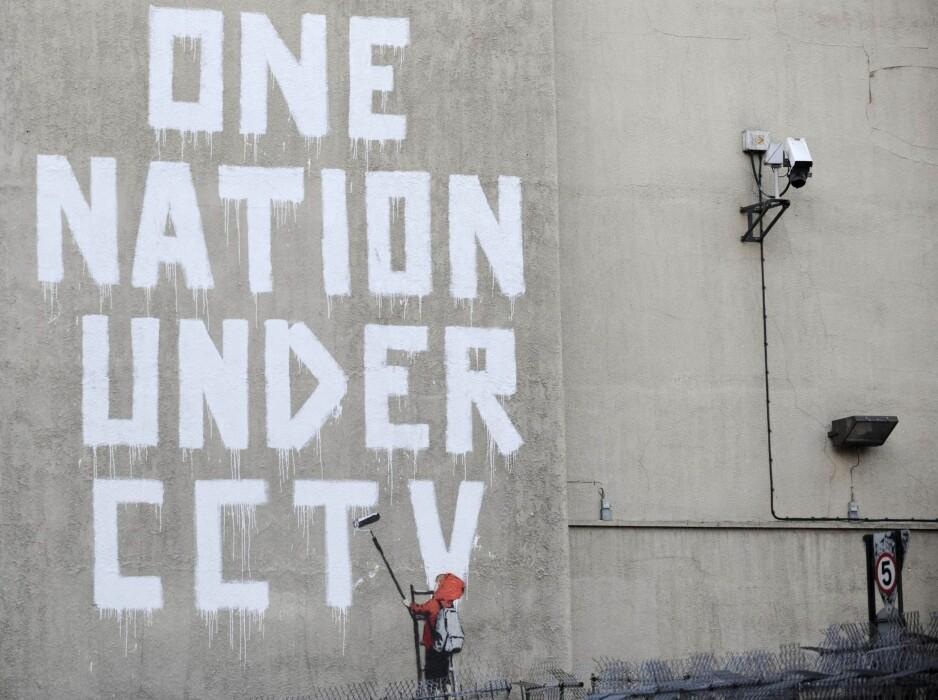 GATEPROTEST: Den kjente graffitikunstneren Banksy laget denne veggen ved siden av et CCTV-kamera i London i 2008. Etter at en ny lov (RIPA) ble innført, har London like stor tetthet av overvåkingskameraer som enkelte kinesiske storbyer.