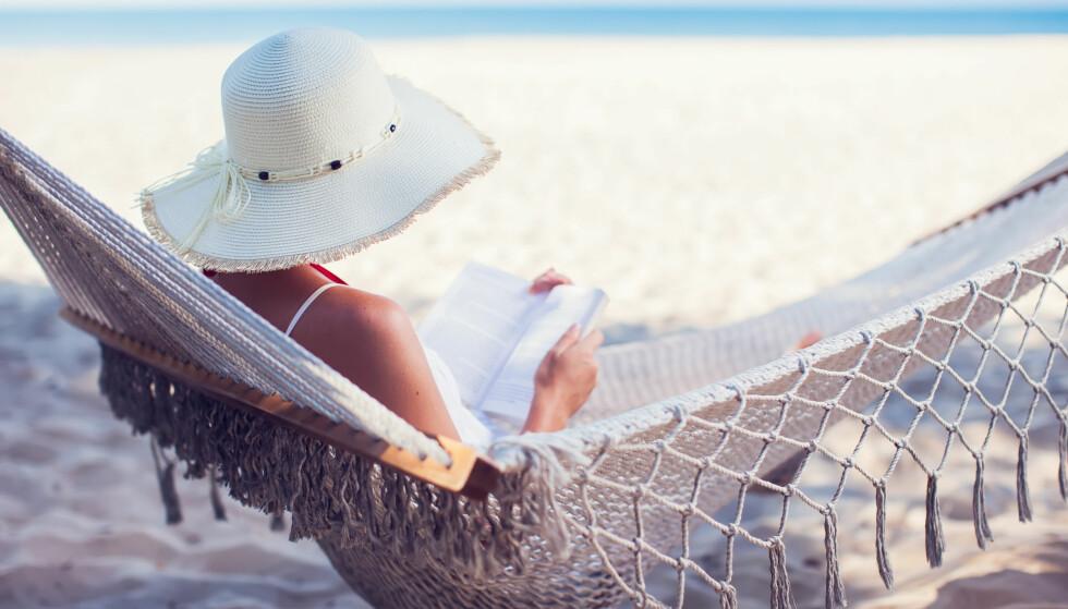 KVALITETSTIPS: Sommeren er lesetid, og i ferien har du endelig tid til å gå løs på alle de bøkene som har fått gode anmeldelser tidligere i år. Illustrasjonsfoto: NTB SCANPIX