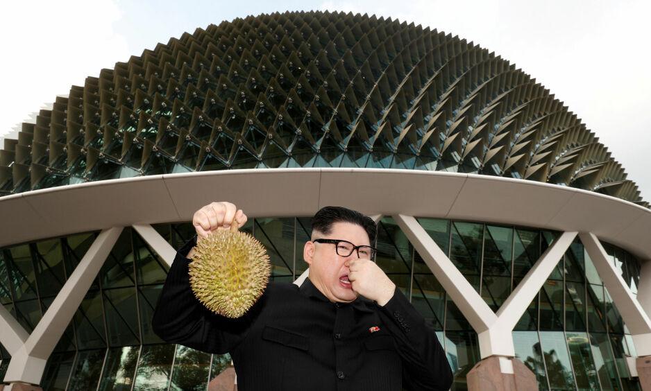 BLØFFMAKER: Howard X har lurt mange med sin Kim Jong-un-likhet. Så også søndag, da han spradet langs havnepromenaden i Singapore. Foto: Edgar Su / Reuters / NTB Scanpix