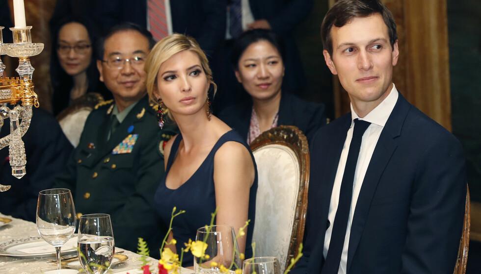 MIDDAG MED XI: Ivanka Trump og mannen Jared Kushner er her avbildet på middag med Kinas president Xi Jinping på Donald Trumps feriested Mar-a-Lago i Florida 6. april i fjor. Samme dag ble tre av hennes varemerker godkjent i Kina. Foto: Alex Brandon / AP / NTB Scanpix