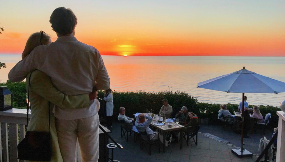 Sammen i solnedgangen: Fra trappen på Helenekilde badehotel på Nordsjælland får du denne solnedgangen. Foto: Odd Roar Lange/The Travel Inspector