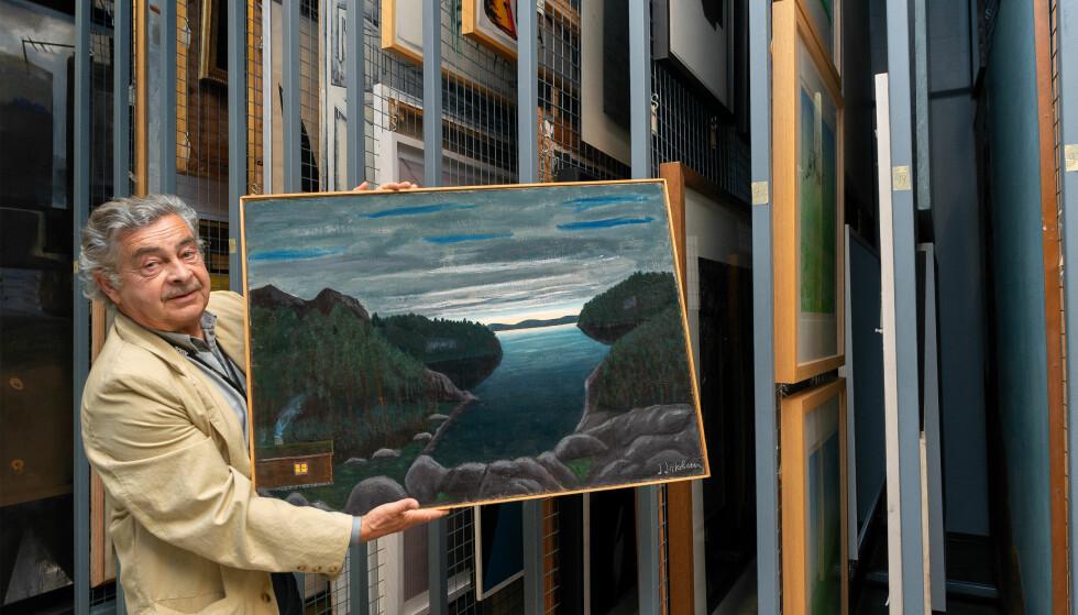 DUKKET OPP: Knut Ormhaug, samlingsleder ved Kode, viser fram maleriet som Munchmuseet og Oslo kommune har trodd var stjålet siden 1970. Bildet var aldri stjålet likevel. FOTO: Dag Fosse / KODE Bergen