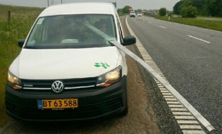 HELDIG: Dennis Bülow Pedersen fikk seg et aldri så lite sjokk da han var ute og kjørte på motorveien sør for København i går. Foto: Privat