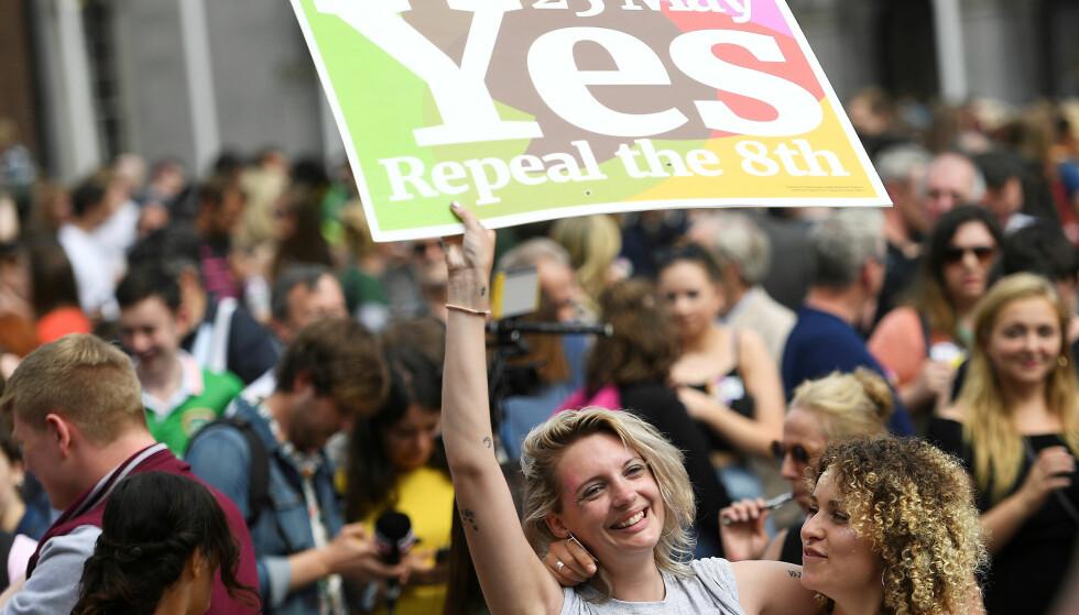 STEMTE JA: Lykkelige ja-tilhengere feiret i helgen at irene i en folkeavstemning sa ja til å fjerne grunnlovstillegget fra 1983 som gir et ufødt barn like stor rett til liv som moren. Foto: Clodagh Kilcoyne / Reuters / NTB scanpix