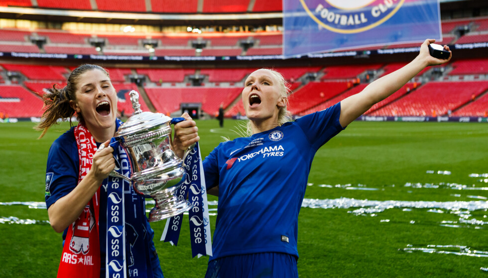 NY KONTRAKT: Maren Mjelde, her til venstre, forlenget tirsdag sin kontrakt med London-klubben Chelsea. Her feirer hun triumfen i FA-cupen sammen med Maria Thorirsdottir tidligere i mai. Foto: NTB/Scanpix