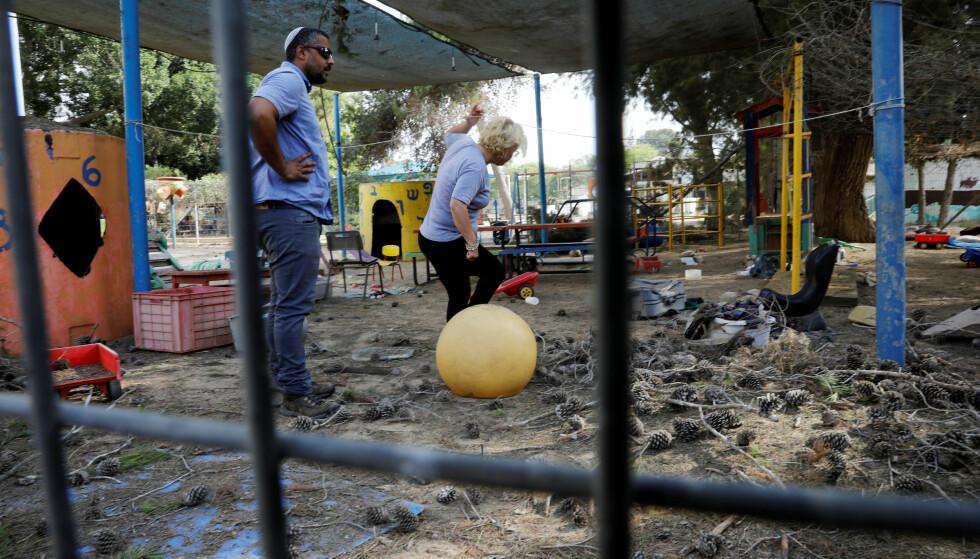 EKSPLODERTE VED BARNEHAGE: På den israelske sida av grensa, skal en granat ha eksplodert rett ved en barnehage, skriver Reuters. På lekeplassen fant innbyggerne en rekke splinter fra granaten. Foto: Amir Cohen / Reuters / Scanpix