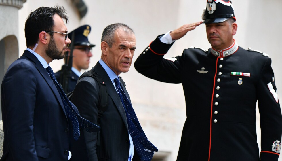STOR OPPGAVE: Italias nye statsministerkandidat Carlo Cottarelli på vei ut av presidentpalasset, etter å ha fått oppdraget. Foto: AFP / NTB Scanpix