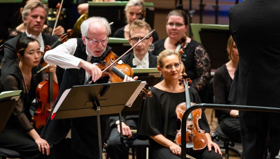 SKREVET FOR FIOLINISTEN: Førsteoppførelsen av verket fant sted i Wien i 1981, dengang ble partituret smuglet ut fra Sovjetunionen for at Gidon Kremer - som hadde hoppet av fra det samme regimet – kunne være solist. Foto: Roy Bjørge/Festspillene i Bergen
