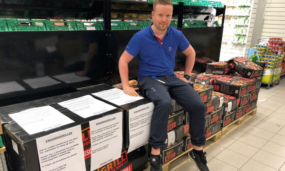 FORBUDT I MARKA: Det er forbud mot all bruk av åpen ild i mark og i nærheten av mark. På Rema 1000 på Ulsrud i Oslo har de stanset salget av engangsgriller midlertidig. Her tørrvareansvarlig i butikken, Martin Hagen. Foto: Morten Wiik