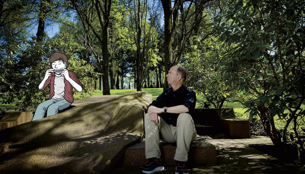 BRUKTE SEG SELV: Romanfiguren Jonas Wergeland spiller munnspill på Bjørnstjerne Bjørnsons grav på Vår Frelsers gravlund. I romanen «Forføreren» sitter han her sammen med vennen Axel. Hit pleide Kjærstad å gå i frimuttene da han selv gikk på Katta - og han spilte selv munnspill. Illustrasjon: Flu Hartberg / Foto: Anita Arntzen