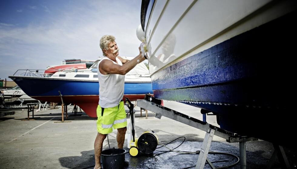 BÅTVASK: Frank Ahlquist har vært pensjonist siden nyttår. Han bruker mye tid på båten sin. Den har ligget ute i hele vinter, og nå skal den vaskes, poleres og få nytt bunnstoff før den settes på vannet igjen. Foto: Nina Hansen