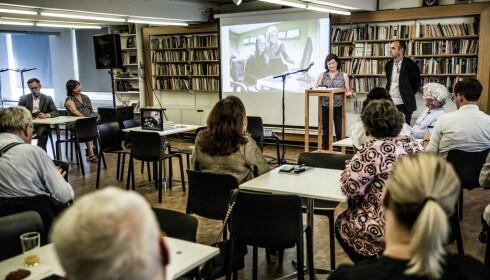 TALER: Tore Bergsaker og Thomassens enke Ellen Hofsvang taler til forsamlingen. Foto: Christian Roth Christensen / Dagbladet
