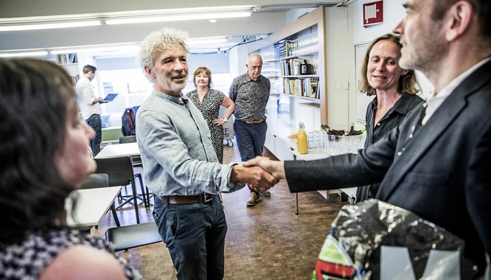HILSER: IMS-leder Jesper Højberg hilser på styreleder og Dagbladet-journalist Tore Bergsaker. Foto: Christian Roth Christensen / Dagbladet