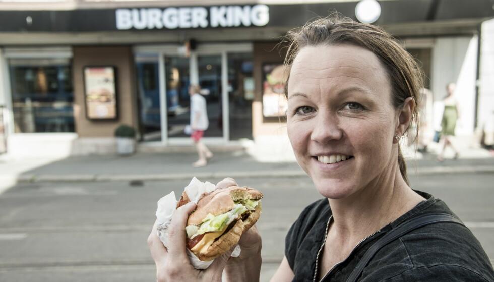 POSITIVT OVERRASKET: Kokk Nina Kristoffersen falt for Burger Kings nye vegetarburger. Foto: Andreas Lekang