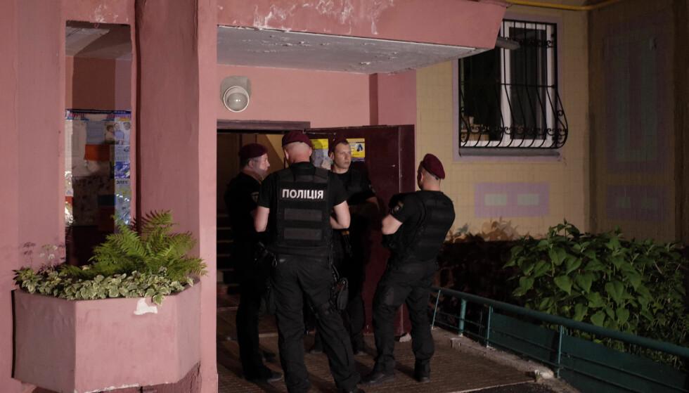 SKUTT HJEMME: Ukrainsk politi står vakt utenfor åstedet, huset der Babtsjenko bodde. Foto: Valentyn Ogirenko / Reuters / NTB Scanpix