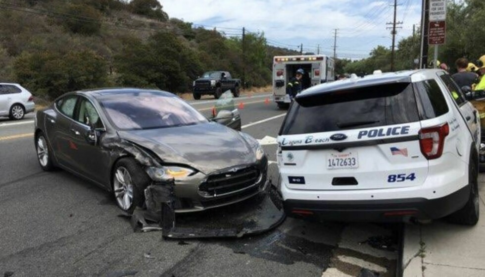 KRASJ: Det ble bom stopp for denne Teslaen i California tirsdag. Den krasjet inn i en politibil som sto på fortauet i motsatt kjøreretning. Foto: NTB scanpix